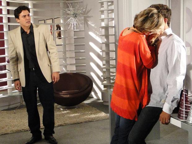 Ao entrar na sala de Edgar (Caio Castro) para desejar feliz ano novo ao rapaz, Luisa (Guilhermina Guinle) pergunta se ele está triste. Edgar evita a pergunta, mas a moça insiste e o acaricia. Sem jeito, o jovem explica que a relação dos dois agora é outra. Mas ela não dá trégua e agarra Edgar. Neste momento, Alex (Luiz André Alvim) entra na sala e flagra o beijo do casal. A cena vai ao ar na segunda-feira (3/1/11)