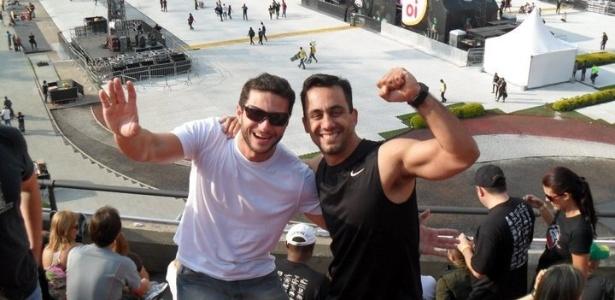 Ronaldo Peres (de camisa branca e óculos) e um amigo no show do U2 em São Paulo