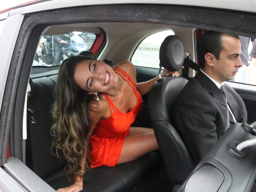 Laisa posa para fotos dentro do carro antes de ser levada para o confinamento no