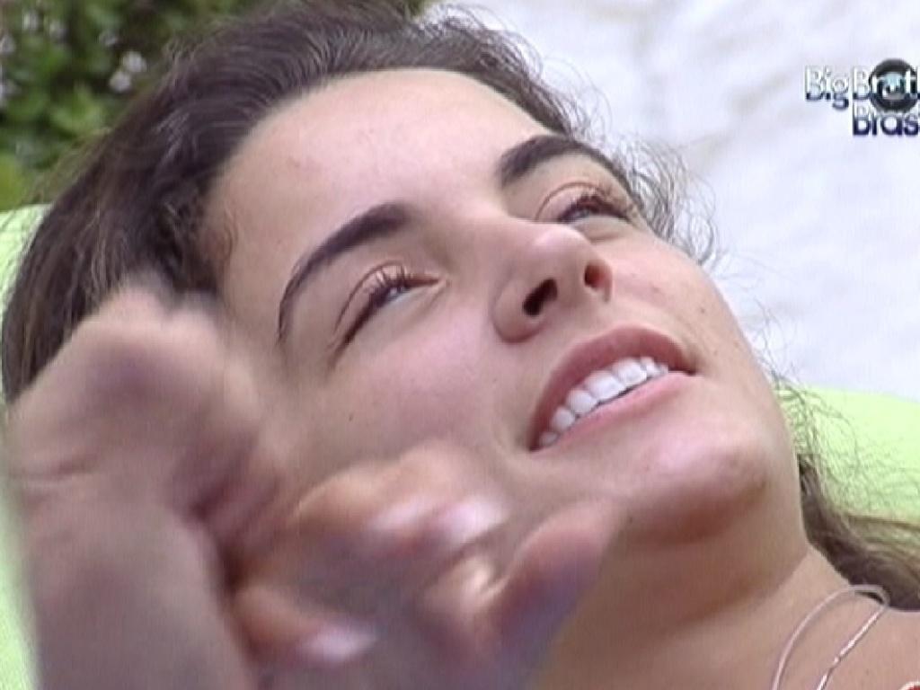 Laisa se diverte com João Carvalho enquanto os outros participantes não acordam (12/1/12)