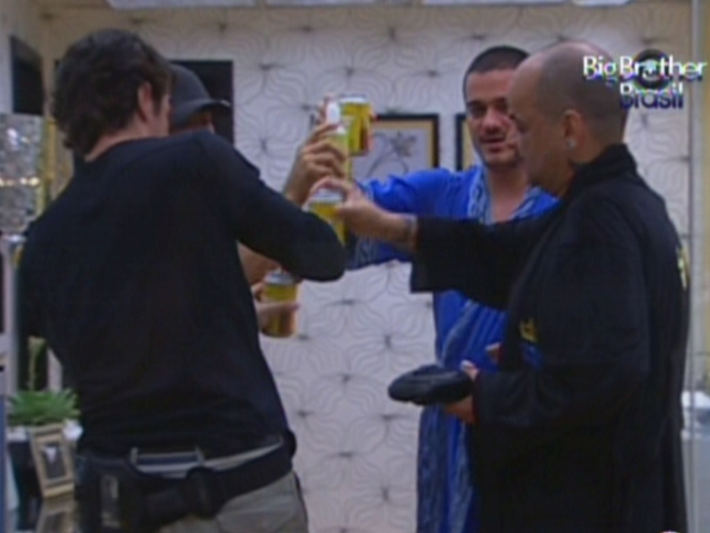 No quarto do lder, brothers brindam com cerveja a vitria de Joo Carvalho (12/1/2012)