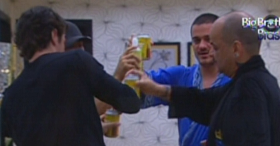 No quarto do líder, brothers brindam com cerveja a vitória de João Carvalho (12/1/2012)