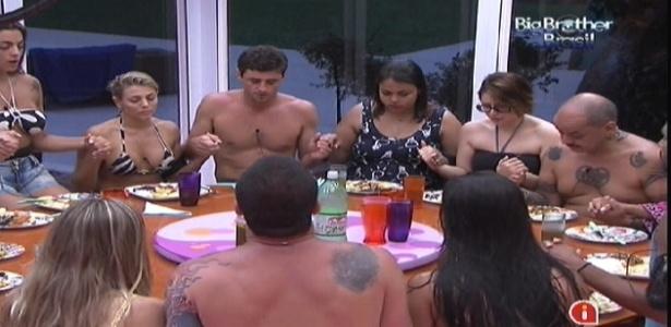 Participantes fazem oração antes de começarem a almoçar (12/1/2012)