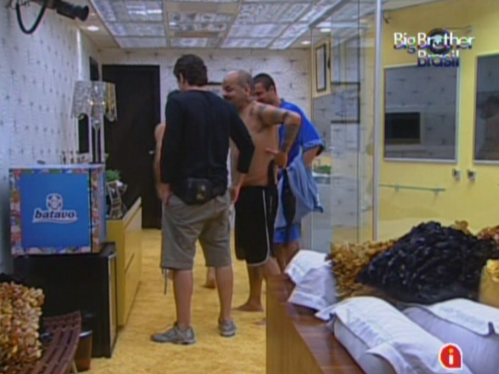 Participantes conversam no quarto do líder (12/1/2012)