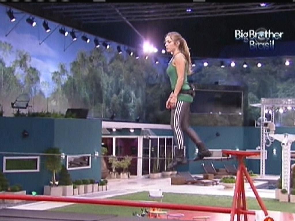 Renata pratica andar na corda bamba para a prova da comida (13/1/12)