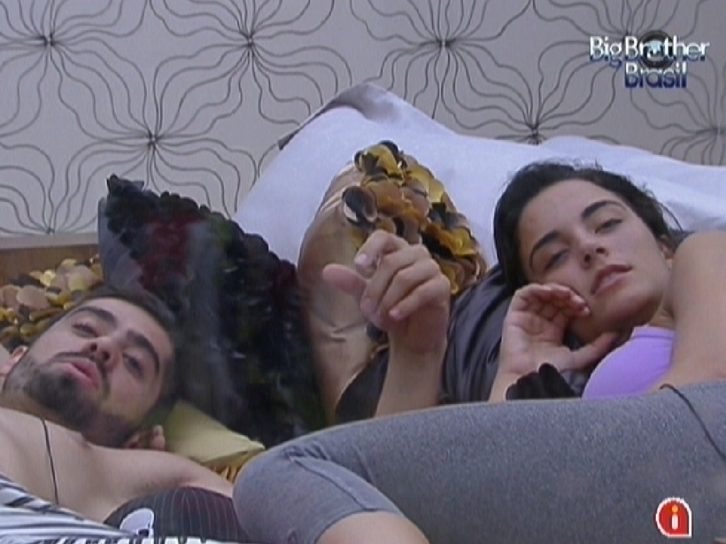 Yuri e Laisa aproveitam as mordomias do quarto do lder (12/1/2012)