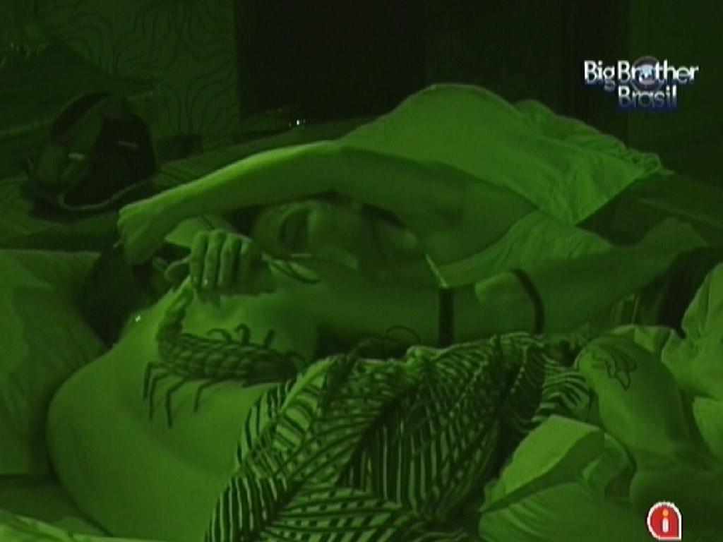 Yuri e Laisa se acariciam no quarto do líder João Carvalho (12/1/2012)
