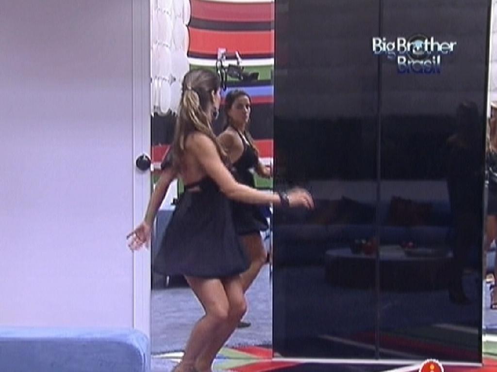 Após se arrumar para festa, Laisa confere figurino e faz dança sensual na frente do espelho (14/1/12)