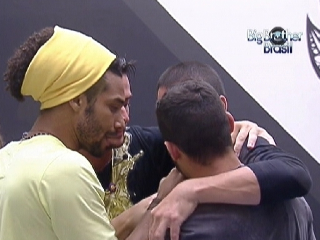 Daniel (de amarelo), Yuri ( de costas), Rafa e Ronaldo se abraam antes da festa (14/1/12)