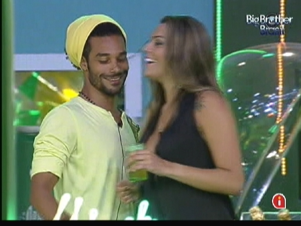 Daniel e Monique conversam animados no comeo da festa Fusion (14/1/12)