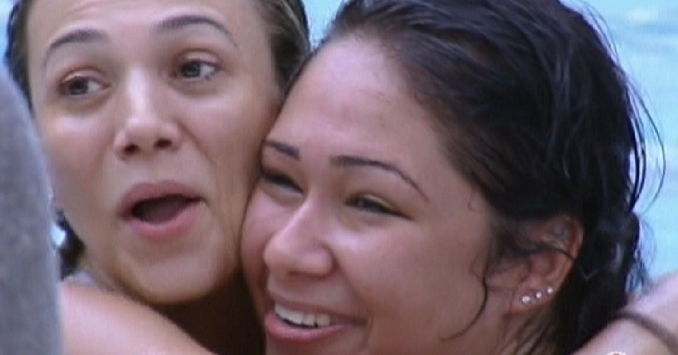 Fabiana e Jakeline pulam na piscina para acordar (15/1/12)
