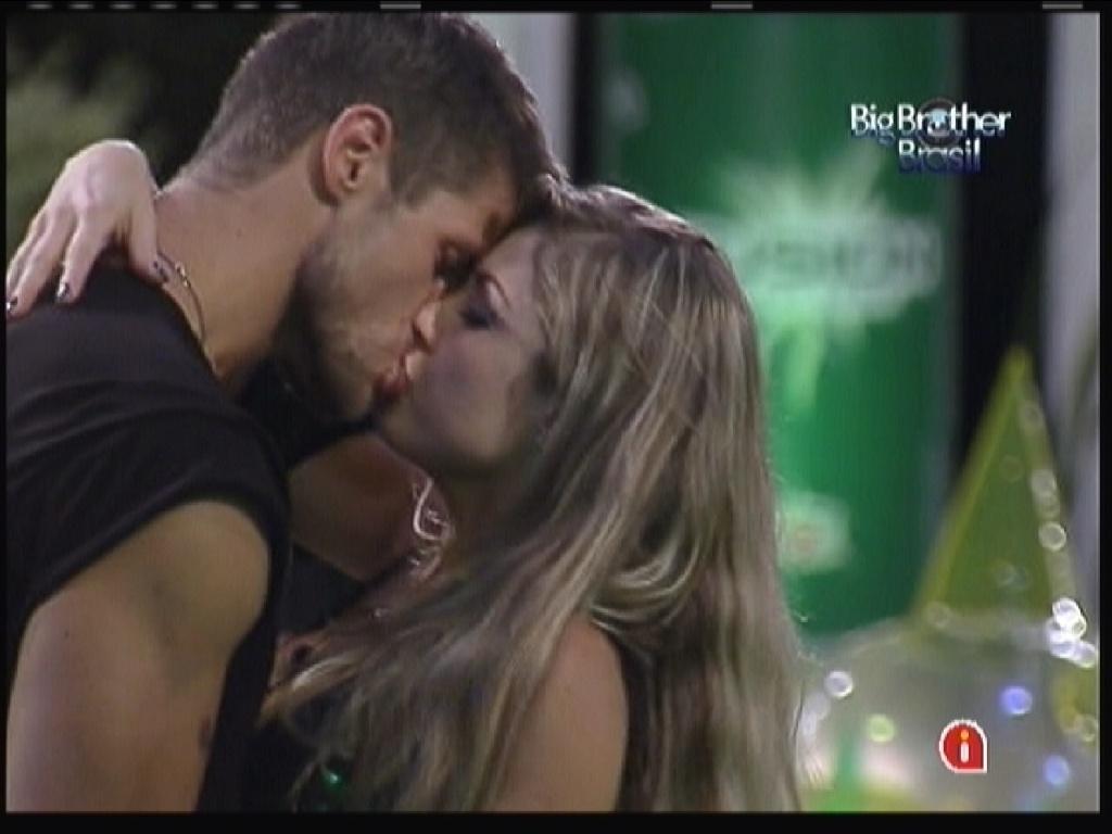 Jonas e Renata se beijam em festa(14/01/12)