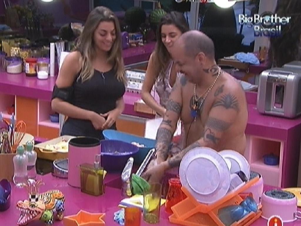 Monique (esq.), Laisa e João Carvalho preparam o almoço (17/1/12)