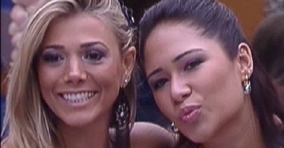 Fabiana e Jakeline pousam para foto no espelho (18/1/12)