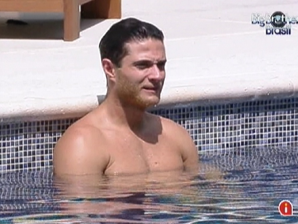 Ronaldo aproveita a piscina nesta quarta-feira (21/1/12)