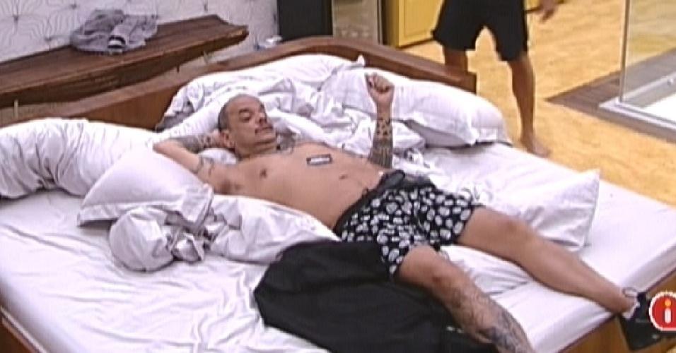 João Carvalho (esq.) aproveita, com Yuri, os últimos momentos no quarto do líder (19/1/12)
