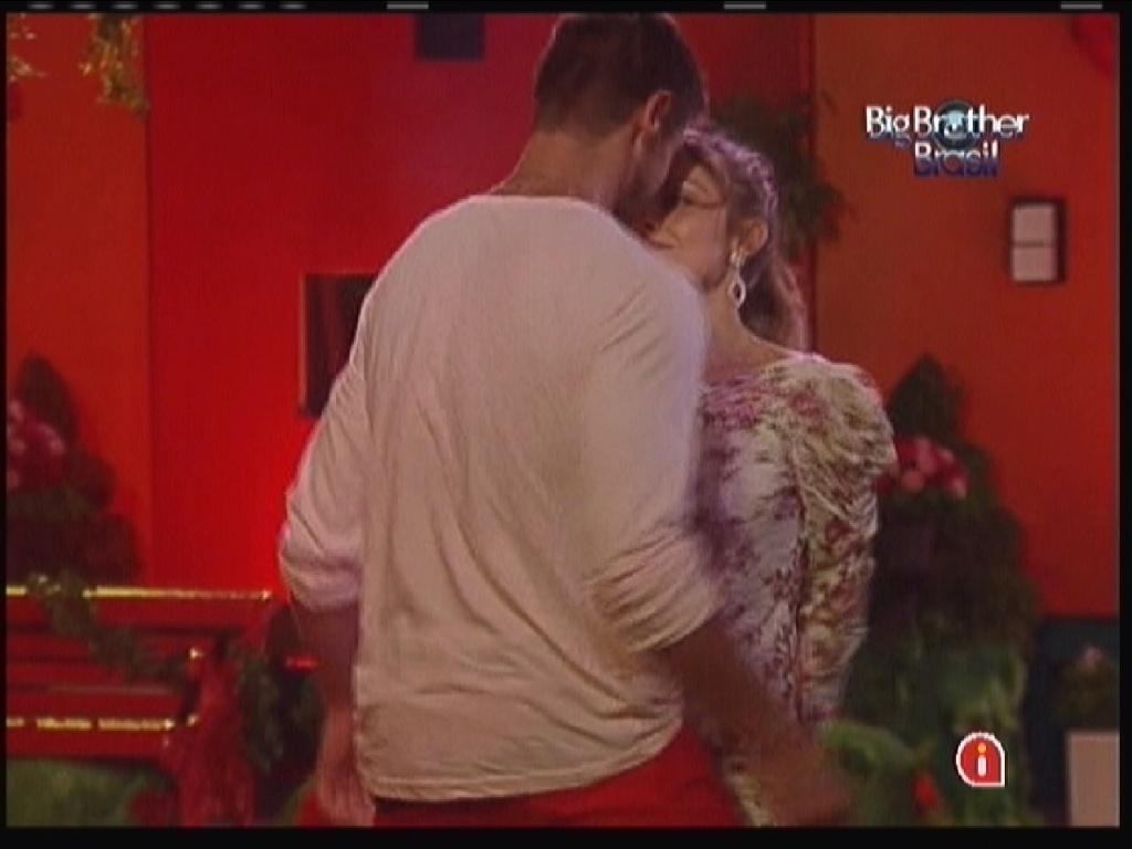 Jonas dança sensualmente com Renata (18/1/12)