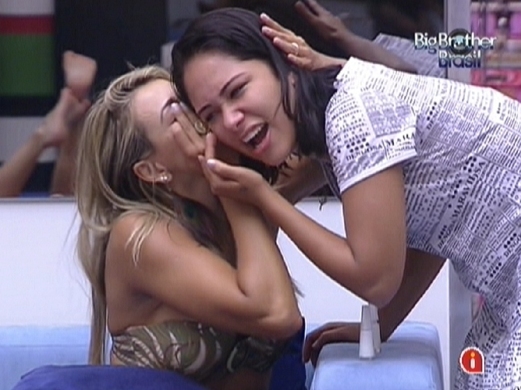 Fabiana e Jakeline brincam de mmica na sala da casa (20/1/12)