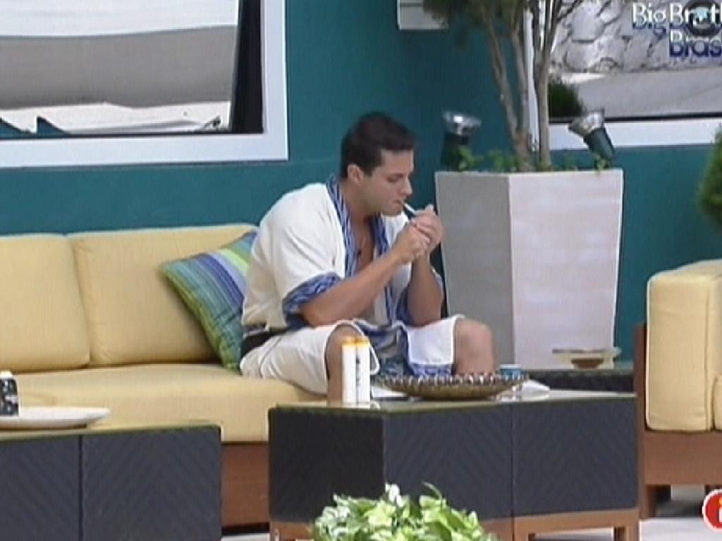 Irritado com Jakeline, Ronaldo sai para fumar (20/1/12)