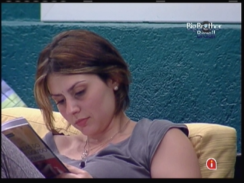 Mayara lê livro sozinha (20/1/12)