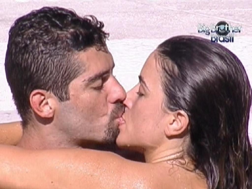 Após prova da comida, Yuri e Laisa comemoram com beijos apaixonados na piscina (22/1/12)
