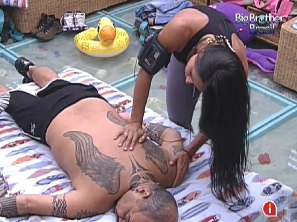 Kelly faz massagem em Joo Carvalho (22/1/12)
