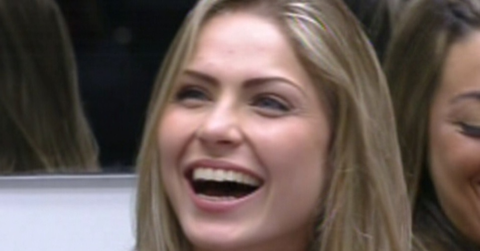 Renata sorri quando Bial pergunta se ela está feliz solteira (22/1/12)