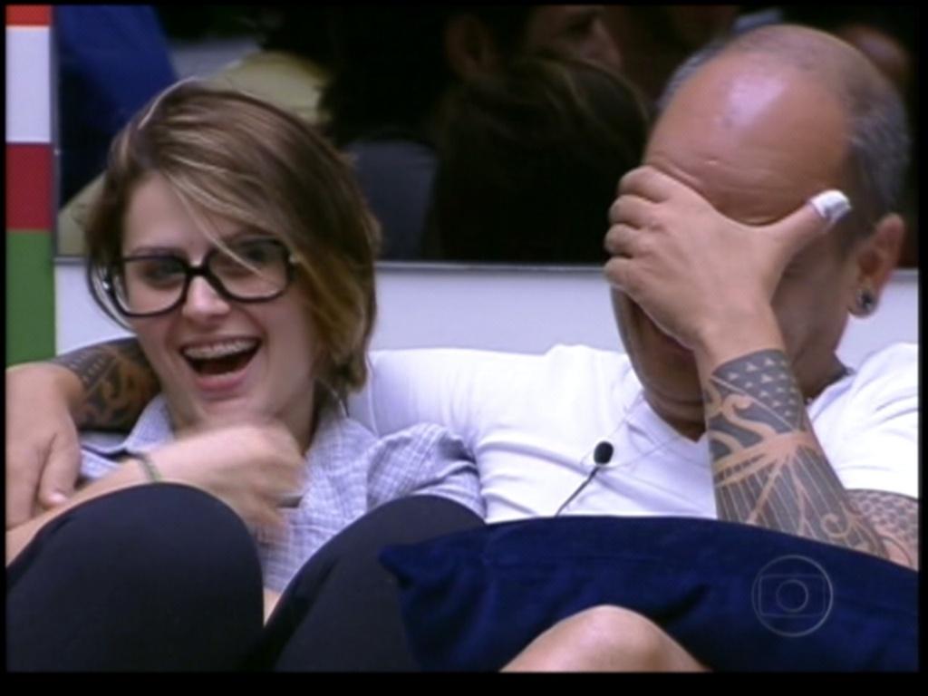 João Carvalho e Mayara riem com perguntas de Bial (23/1/12)