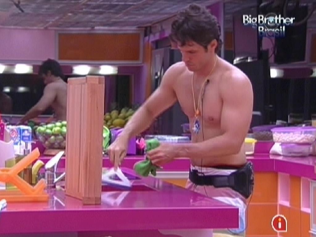 João Maurício faz faxina na cozinha após almoço dos brothers (23/1/12)