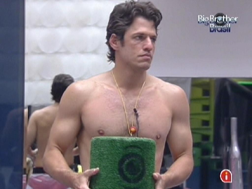 João Maurício segurando a urna (23/1/12)