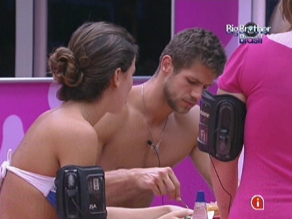 Jonas come bolo feito por Mayara e Renata (23/1/12)