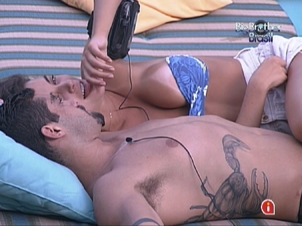Yuri e Laisa conversam abraos no jardim da casa (23/1/12)