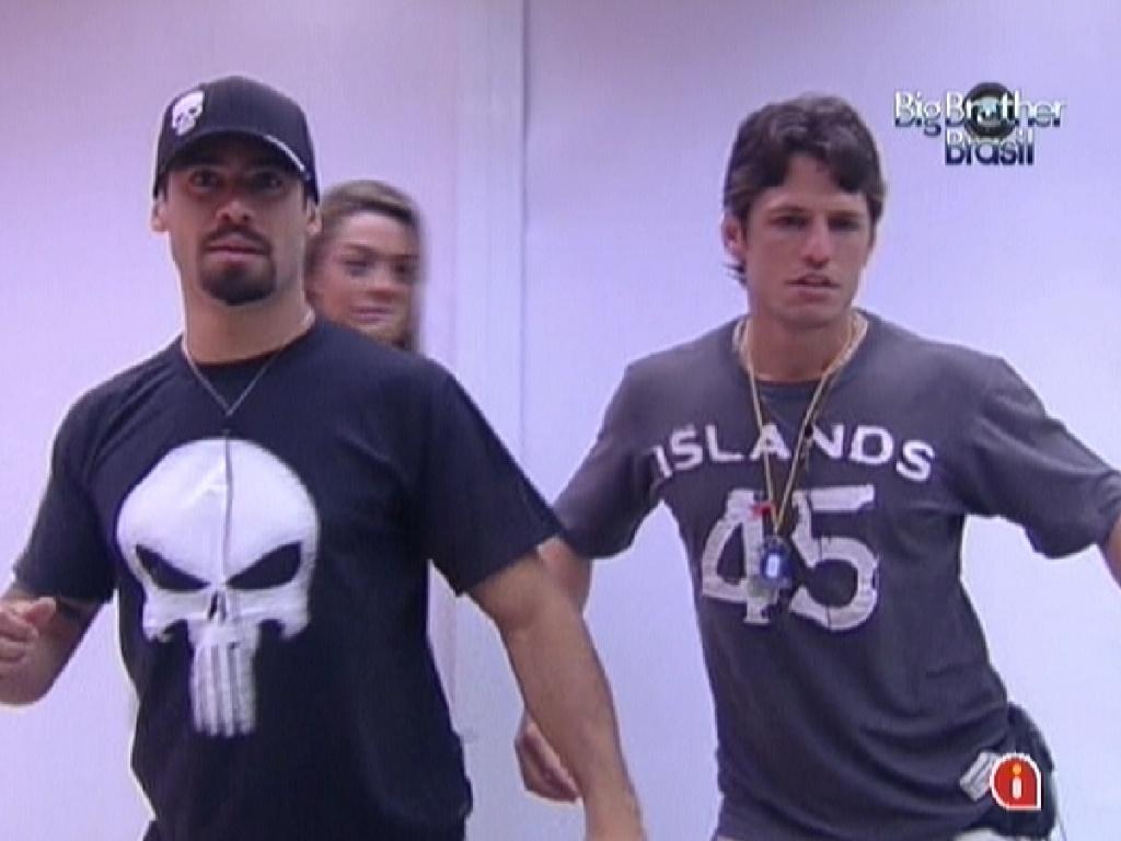 Yuri (esquerda) e João Maurício dançam em frente ao espelho imitando Fael (23/1/12)