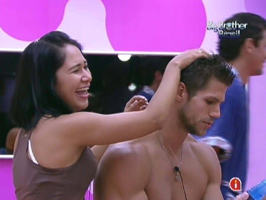 Jakeline faz penteado no cabelo de Jonas (24/1/12)