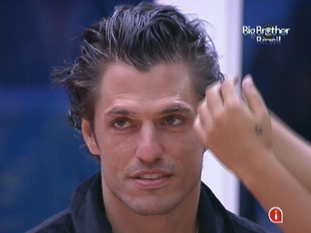 João Mauricio tem seu cabelo arrumado por Jakeline (24/1/12)