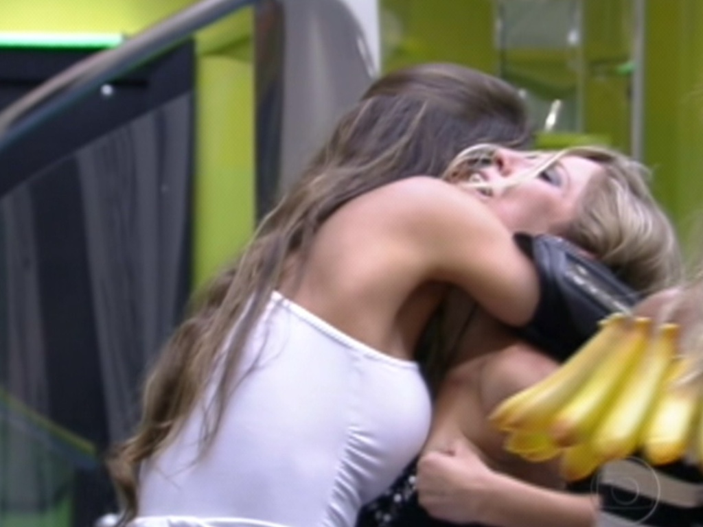 Laisa abraa Renata e a parabeniza pela vitria no paredo (24/1/12)