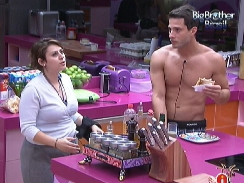 Mayara e Ronaldo conversam durante o caf de manh (24/1/12)
