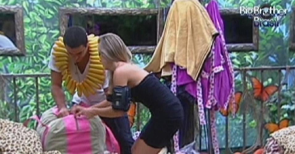 Rafa ajuda Renata a fechar a mala pouco antes do programa ao vivo desta noite (24/1/12)