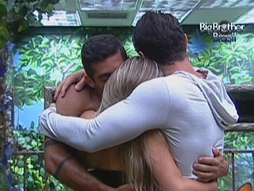 Yuri (sem camisa) e Ronaldo (de cinza) abraçam Renata e desejam sorte para a sister que está no paredão (24/1/12)