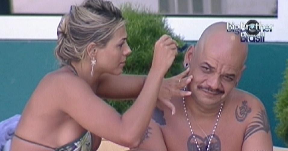 Fabiana raspa cabeça de João Carvalho enquanto pede conselhos sobre quem vetar da prova do líder (25/1/12)