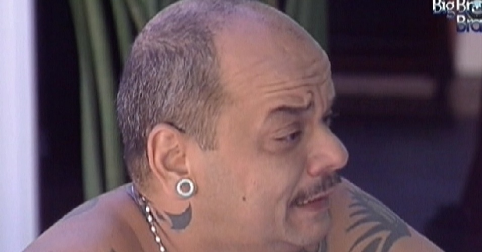 João Caravalho, chorando, revela a Yuri que votou nele (24/1/12)