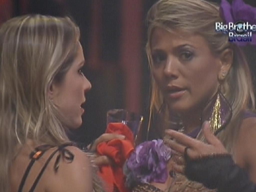 Renata (esq.) conversa com Fabiana (dir.) sobre união das mulheres (25/1/12)