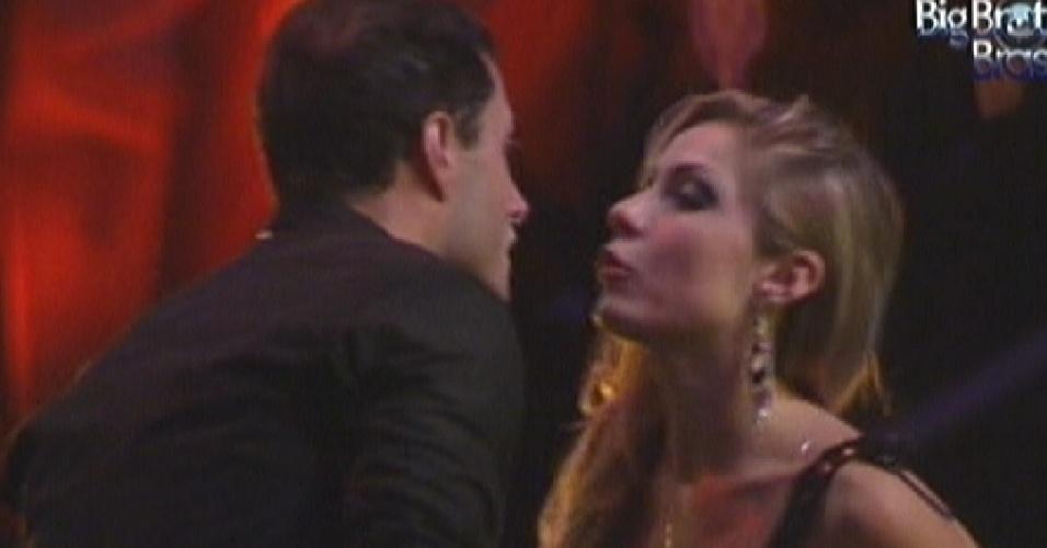 Ronaldo e Renata discutem na festa (25/1/12)