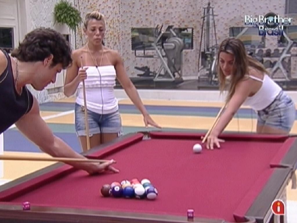 Brothers ensinam Fabiana e Monique a jogar sinuca (26/1/12)