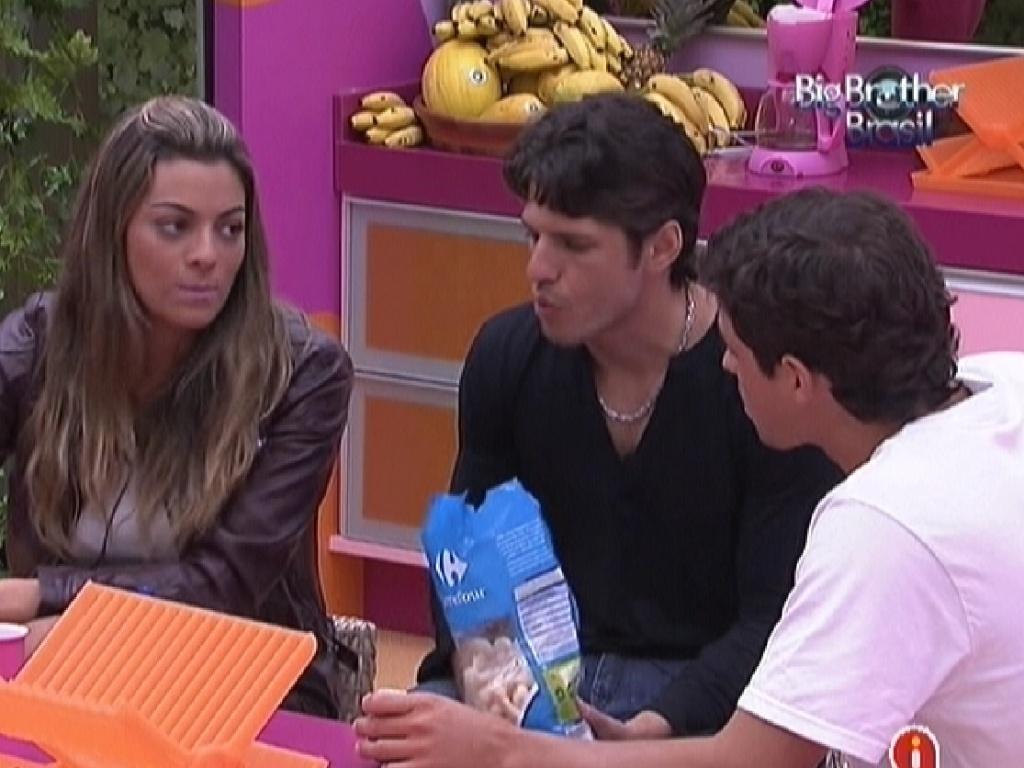 Monique, João Carvalho e Fael comem biscoito de polvilho (26/1/12)