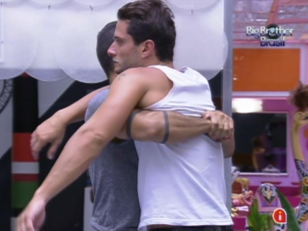 Yuri (esq.) ajuda Ronaldo (dir.) a estalar as costas antes da prova do líder (26/1/12)