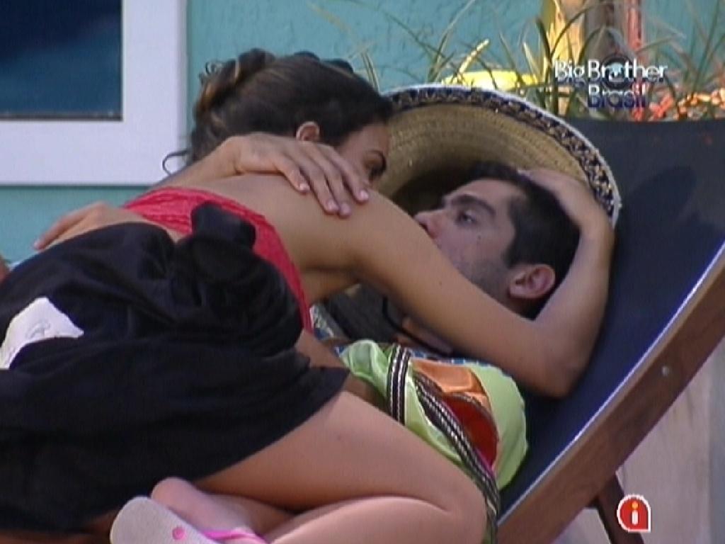 Laisa e Yuri conversam e trocam beijos na piscina (27/1/12)