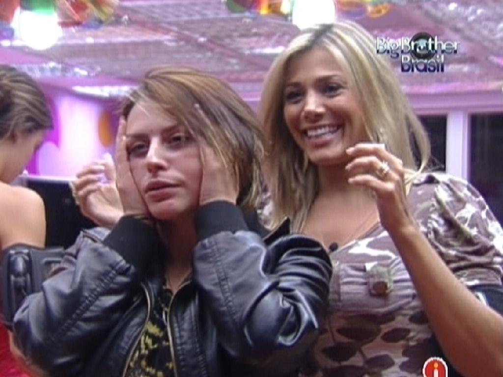 Mayara (de preto) imita Elza Soares no espelho ajudada por Fabiana (27/1/12)