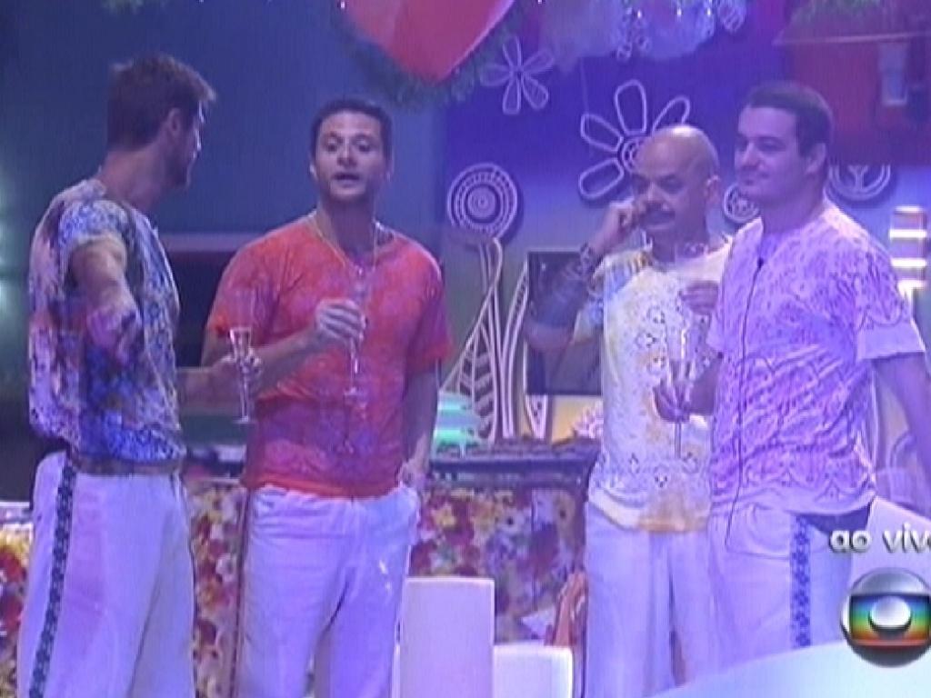 Brothers observam decoração da festa Aquarius (28/1/12)