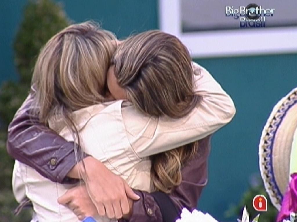 Fabiana (de costas) começa a chorar durante prova da comida e é abraçada por Monique (28/1/12)